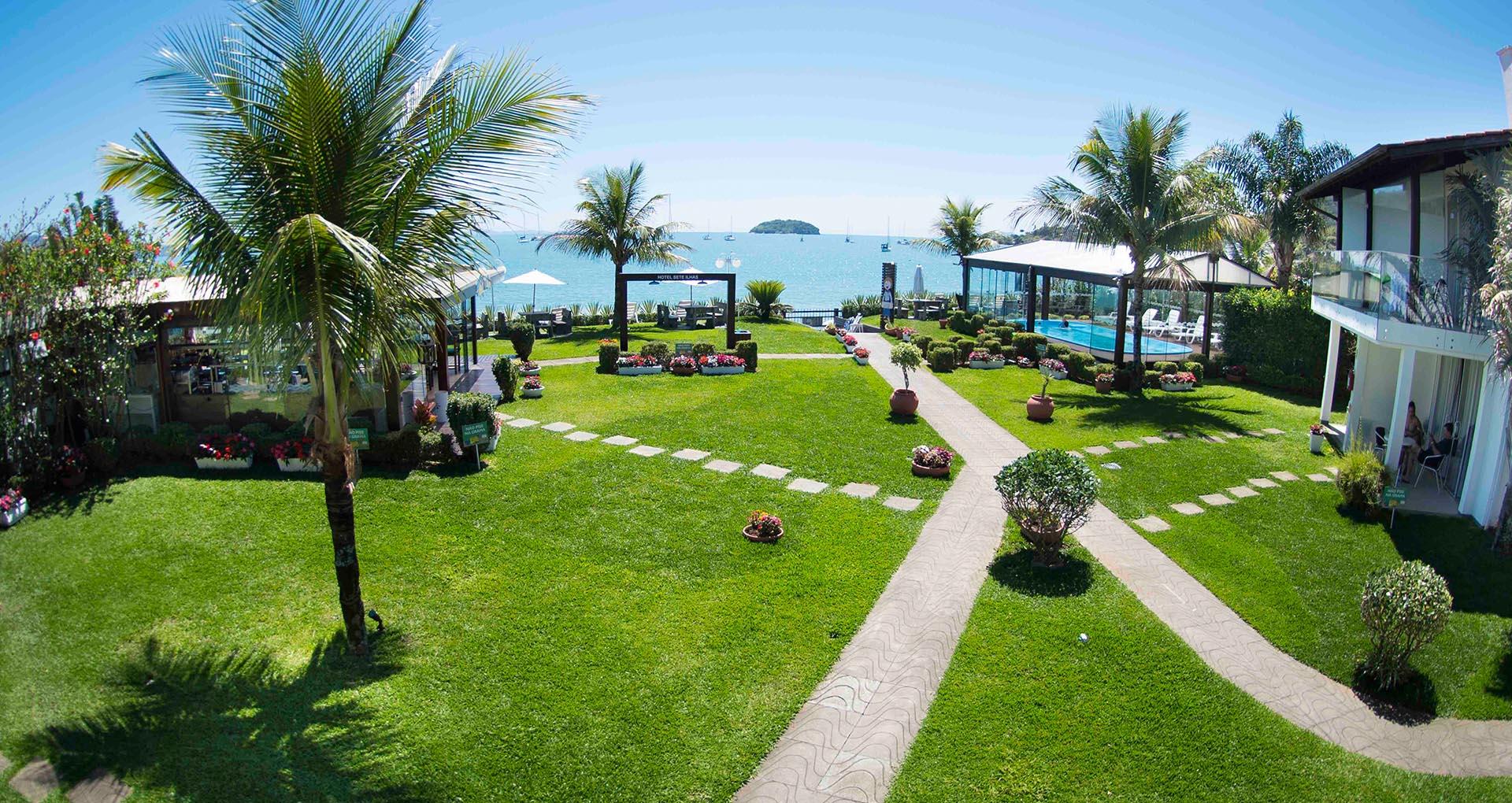 Área gramada perante ilhas em frente o mar de Jurerê em Florianópolis, Santa Catarina, no Hotel Sete Ilhas.