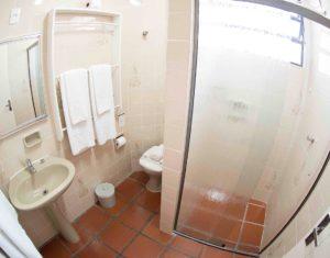 Um dos banheiros das ilhas 3 e 5 do Hotel Sete Ilhas em Florianópolis.