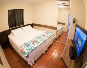 Um dos quartos de casal das ilhas 3 e 5 do hotel Sete Ilhas com ar-condicionado, tv a cabo e armário