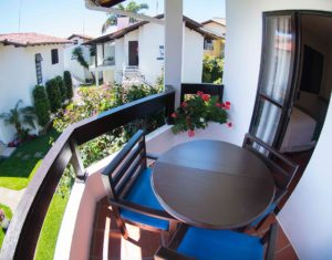 Vista para as demais ilhas e gramados da sacada do segundo andar das ilhas 3 e 5 do Hotel Sete Ilhas em Jurerê