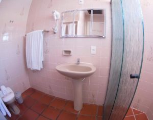 Segundo banheiro das ilhas 3 e 5 do Hotel Sete Ilhas com ducha, toalhas e secador de cabelos