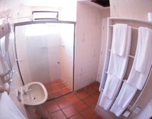 O segundo banheiro com ducha das ilhas 3 e 5 do hotel Sete Ilhas mostrando jogo de toalhas, vistas de outro ângulo.