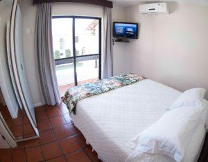 Segundo quarto de casal das Ilhas 3 e 5 do hotel Sete Ilhas com saída para sacada, ar condicionado, armário e televisão a cabo