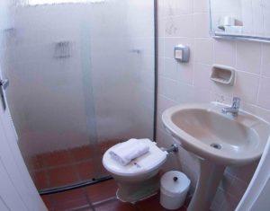 Terceiro banheiro com ducha das ilhas 3 e 5 do hotel Sete Ilhas em Jurerê, Florianópolis, Santa Catarina