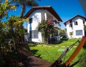Vista das ilhas 3 e 5 no hotel Sete Ilhas em Florianópolis, Santa Catarina, com muito verde, jardim e área para descanso e relaxamento