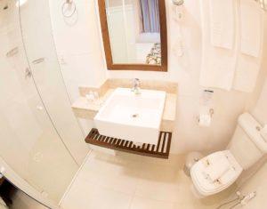 A suiíte superior do Hotel Sete Ilhas em Santa Catarina tem banheiro completo com jogo de toalhas e secador de cabelos.