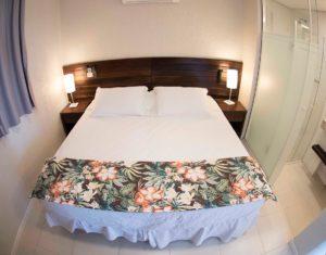 Cama de casal aconchegante na suiíte superior do Hotel Sete Ilhas em Florianópolis, Santa Catarina.
