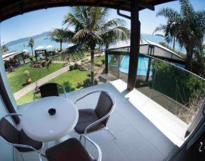 A suíte superior do Hotel Sete Ilhas em Florianópolis têm uma sacada de frente para o belo mar de Jurerê, assim como um belo gramado