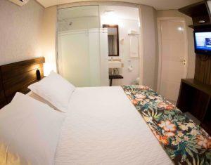 Quarto de casal com banheiro incluso na suíte térrea do hotel Sete Ilhas em Jurerê em frente ao mar.
