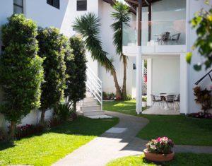 Caminho ao longo de belo gramado verde entre as ilhas do Hotel Sete Ilhas em Florianópolis, Santa Catarina.