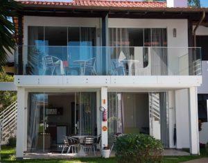 Fachada frente ao mar de Jurerê com as suítes do Hotel Sete Ilhas em Florianópolis. Suítes com conforto e comodidade em Santa Catarina.