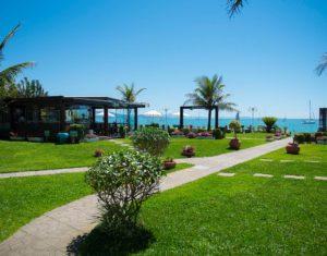 O Hotel Sete Ilhas em Florianópolis tem um vasto gramado logo à frente do mar de Jurerê em Santa Catarina. Um ótimo lugar para relaxamento. O restaurante pode ser visto ao fundo, junto ao mar.
