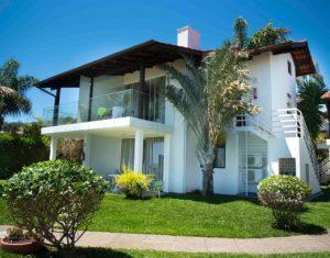 Vista em ângulo do prédio frente ao mar de Jurerê com as quatro suítes no Hotel Sete Ilhas em Florianoópolis.